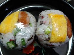 梅・オクラ・塩こんぶ・卵焼き・ウインナー入りのおにぎり